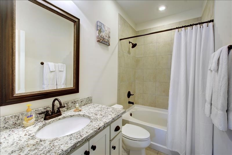 East Bathroom Tub/Shower