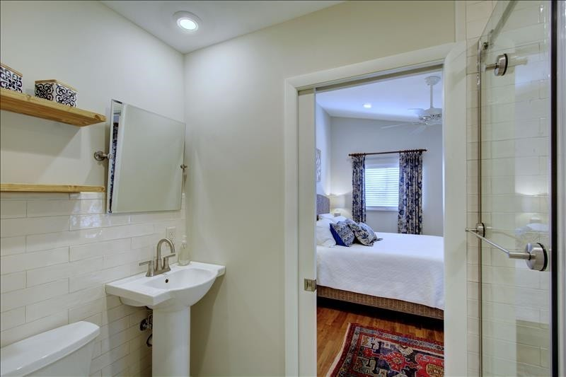 Bathroom 1b