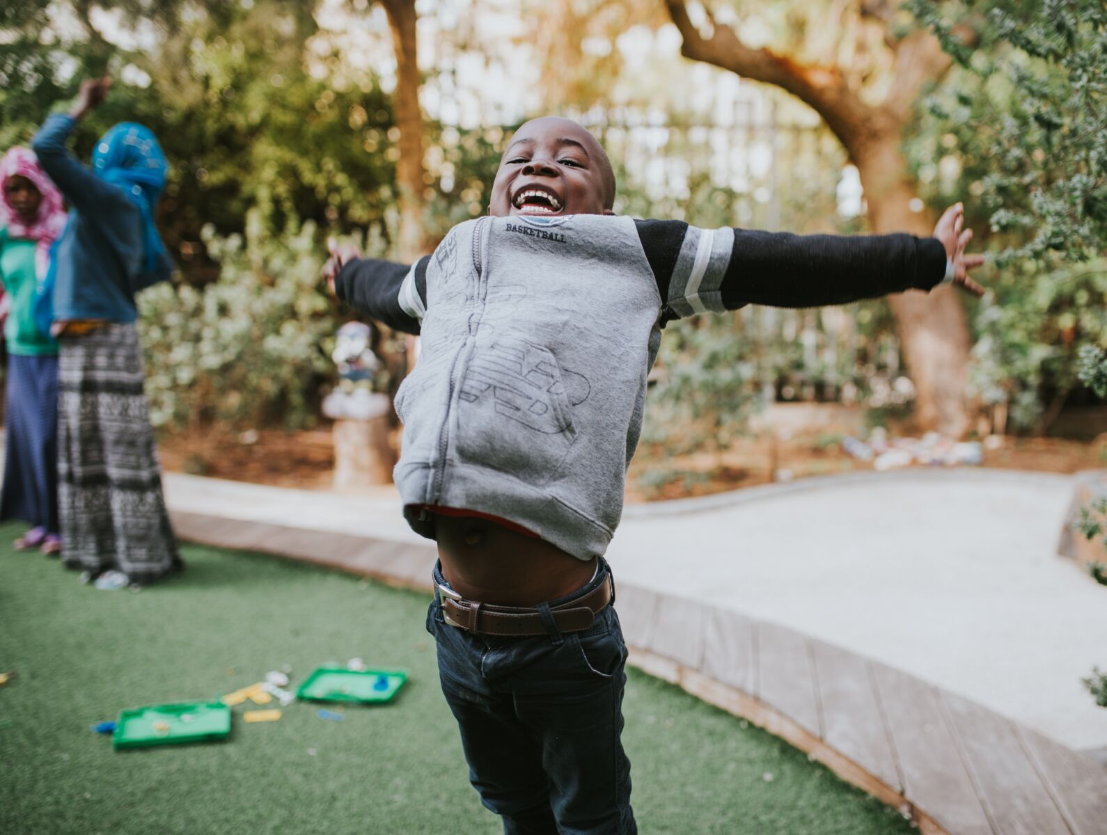 child excited playing mini golf